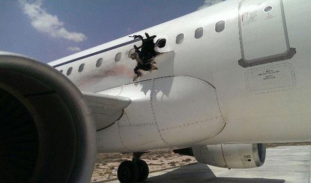 Vì sao hành khách bị hút ra ngoài khi máy bay bị thủng? - 1