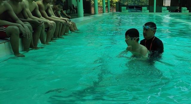 Thầy giáo vay tiền xây bể bơi để dạy miễn phí cho trẻ nhỏ - 2