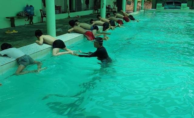 Thầy giáo vay tiền xây bể bơi để dạy miễn phí cho trẻ nhỏ - 1