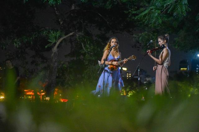 Cầm đàn đi phiêu lưu 19 quốc gia, hai cô gái Nga lại trót mê Hà Nội - 1