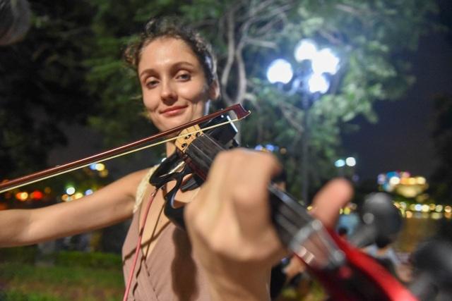 Cầm đàn đi phiêu lưu 19 quốc gia, hai cô gái Nga lại trót mê Hà Nội - 9