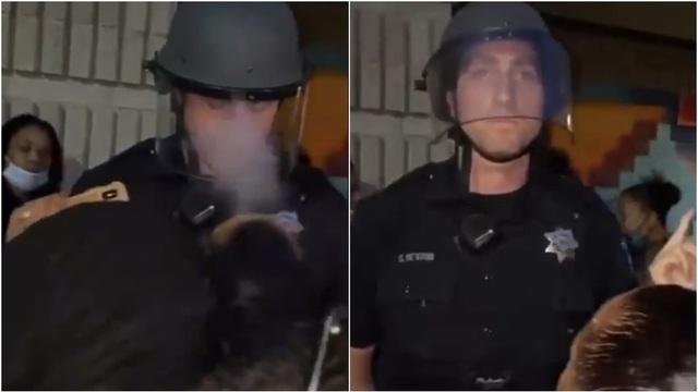 Video cảnh sát Mỹ đứng yên khi người biểu tình đồng loạt khiêu khích - 1