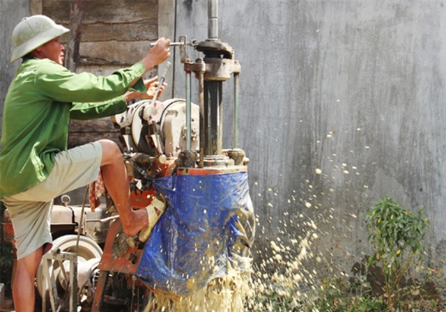 Hà Tĩnh: Nhọc nhằn nghề khoan giếng mùa nắng hạn - 1