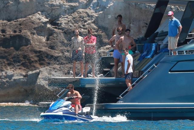 Nadal cởi trần cưỡi mô tô nước trong kỳ nghỉ cùng bà xã xinh đẹp - 2
