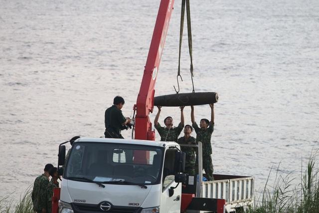Hà Nội: Trục vớt thành công quả bom dài 1,6m gần cầu Long Biên - 1