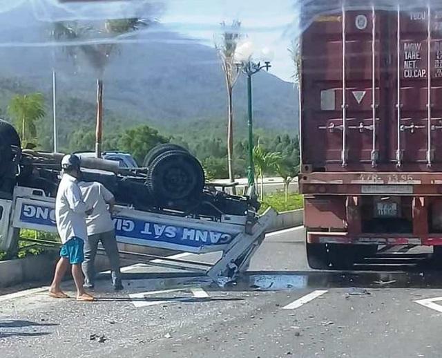 Va chạm với xe container, xe tuần tra lật ngửa, 2 CSGT bị thương - 1
