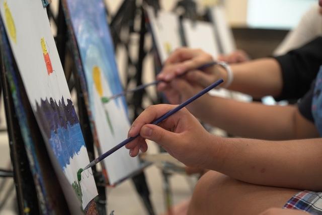 Bức tranh sặc sỡ sắc màu của những họa sĩ nhí tự kỷ - 5