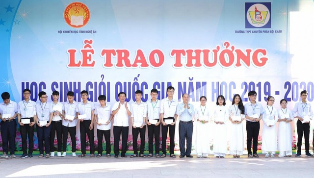 Trao thưởng hơn 100 triệu đồng cho thầy trò trường chuyên Phan Bội Châu - 2