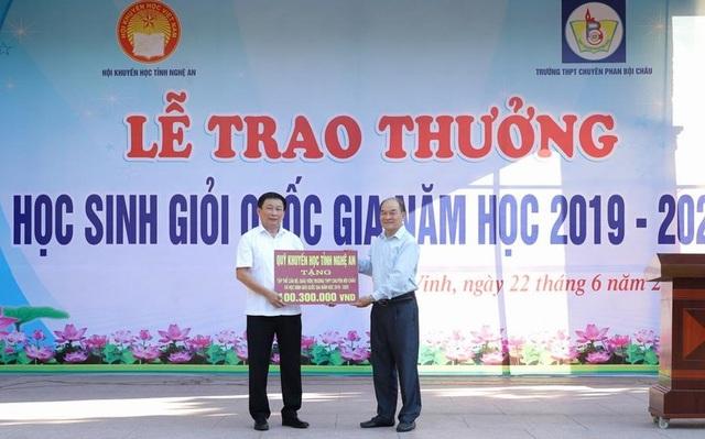 Trao thưởng hơn 100 triệu đồng cho thầy trò trường chuyên Phan Bội Châu - 1