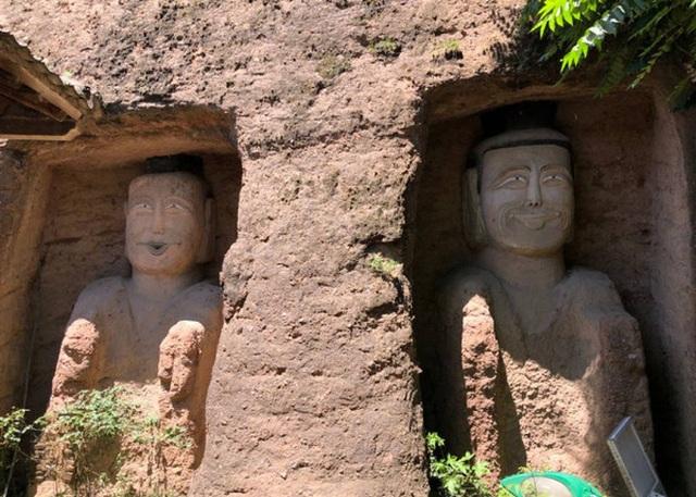 Bức tượng Phật trong hang đá mỉm cười gây xôn xao - 1