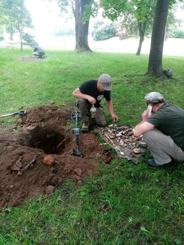 Đào được kho báu đầy cổ vật bằng bạc tại lâu đài 600 năm tuổi - 1