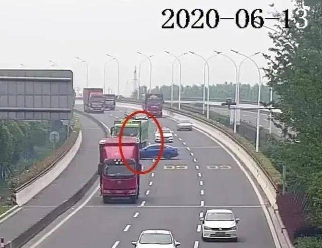Mới lấy bằng, nữ tài xế hồn nhiên lái ngược chiều giữa đường cao tốc - 1