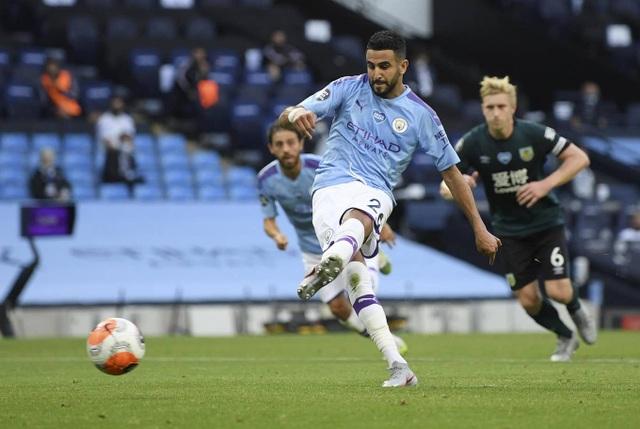 Vùi dập Burnley, Man City tiếp tục bám đuổi Liverpool - 1