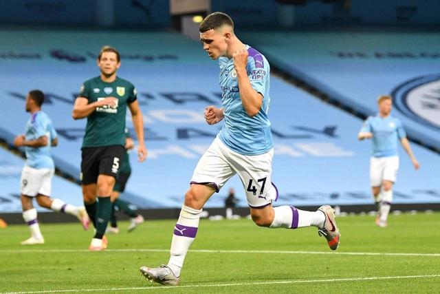 Vùi dập Burnley, Man City tiếp tục bám đuổi Liverpool - 2