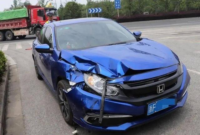 Mới lấy bằng, nữ tài xế hồn nhiên lái ngược chiều giữa đường cao tốc - 2