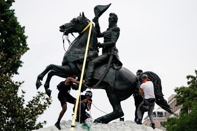 Người biểu tình đòi kéo đổ tượng cựu tổng thống Mỹ trước Nhà Trắng - 1