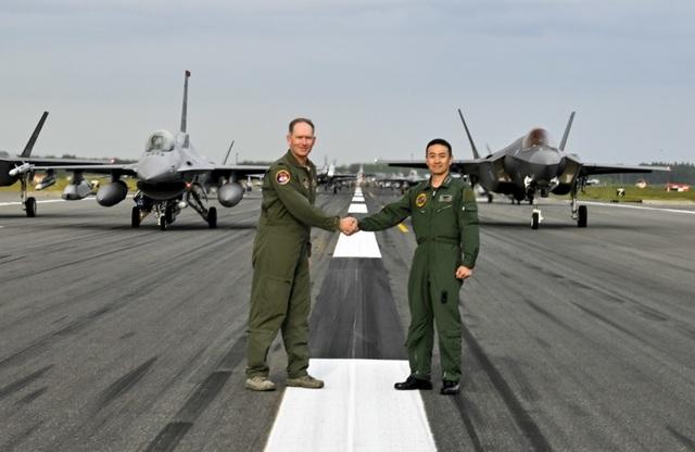 """31 máy bay quân sự Mỹ - Nhật phô diễn uy lực trong tập trận """"Voi đi bộ"""" - 4"""