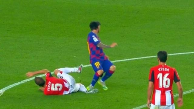 Chơi xấu, Messi may mắn thoát thẻ đỏ? - 1