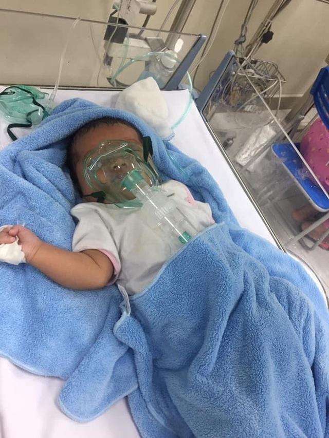 Cầu mong phép mầu đến với bé trai 1 tuổi bị ung thư kép hành hạ - 1