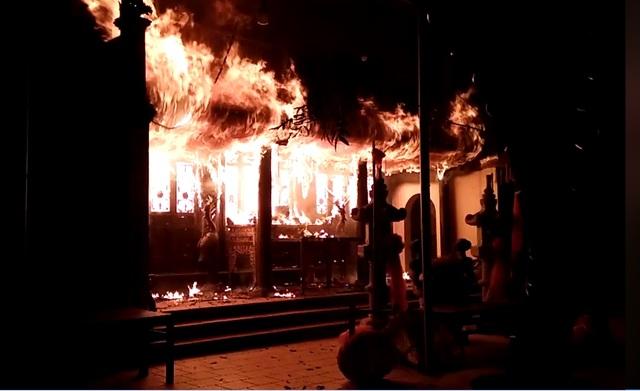 Hà Nội: Đền Quan Tam Lâm Du bốc cháy ngùn ngụt trong đêm