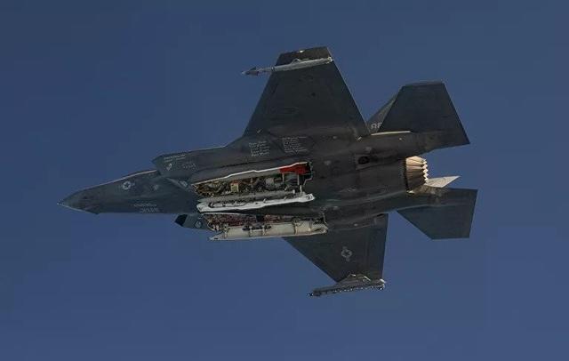 """Mỹ khoe ảnh """"tia chớp"""" F-35A thử bom hạt nhân - 2"""
