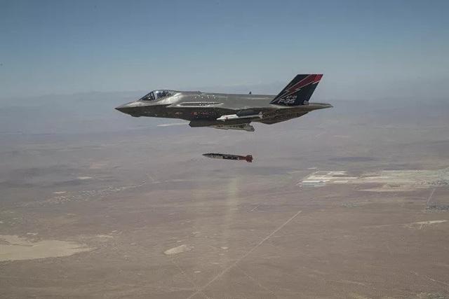 """Mỹ khoe ảnh """"tia chớp"""" F-35A thử bom hạt nhân - 1"""