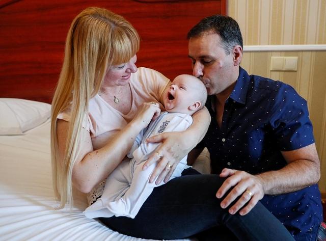 Cặp vợ chồng vỡ òa hạnh phúc đón con trai được đẻ thuê cách nhà 12 nghìn km - 4