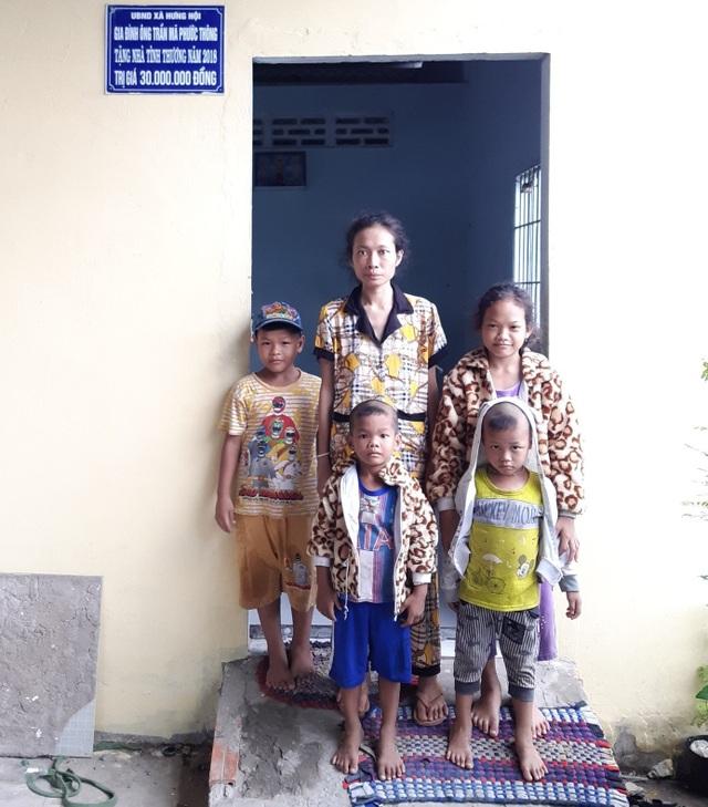 Nhói lòng cảnh 4 đứa trẻ mồ côi mặc áo tang mà ngỡ mình được áo mới - 1
