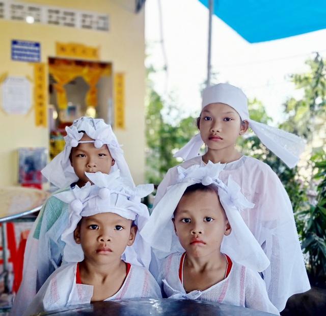 Nhói lòng cảnh 4 đứa trẻ mồ côi mặc áo tang mà ngỡ mình được áo mới - 4