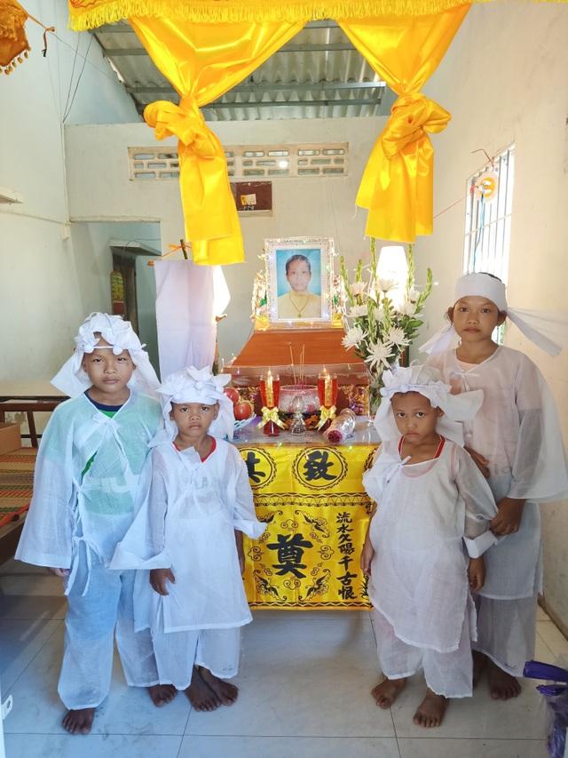 Nhói lòng cảnh 4 đứa trẻ mồ côi mặc áo tang mà ngỡ mình được áo mới - 2