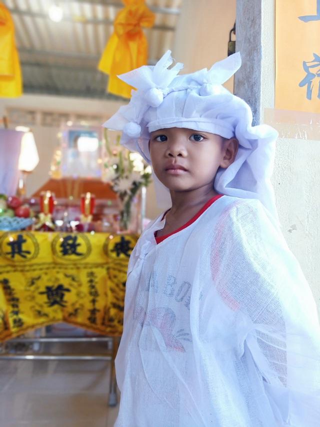 Nhói lòng cảnh 4 đứa trẻ mồ côi mặc áo tang mà ngỡ mình được áo mới - 5