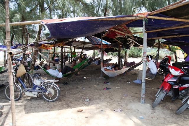 Người dân đổ ra bờ biển dựng lều, mắc võng tránh nóng - 1