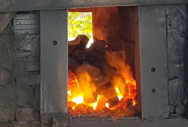 Những lò lửa đỏ rực giữa nắng nóng hơn 40 độ C - 1