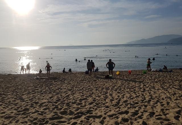 Tết Đoan Ngọ, đổ xô đi tắm biển từ mờ sáng cầu mong sức khỏe - 2