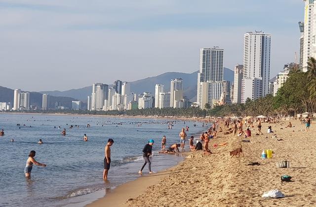 Tết Đoan Ngọ, đổ xô đi tắm biển từ mờ sáng cầu mong sức khỏe - 8