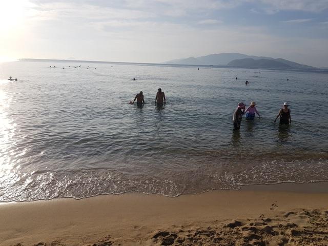 Tết Đoan Ngọ, đổ xô đi tắm biển từ mờ sáng cầu mong sức khỏe - 1