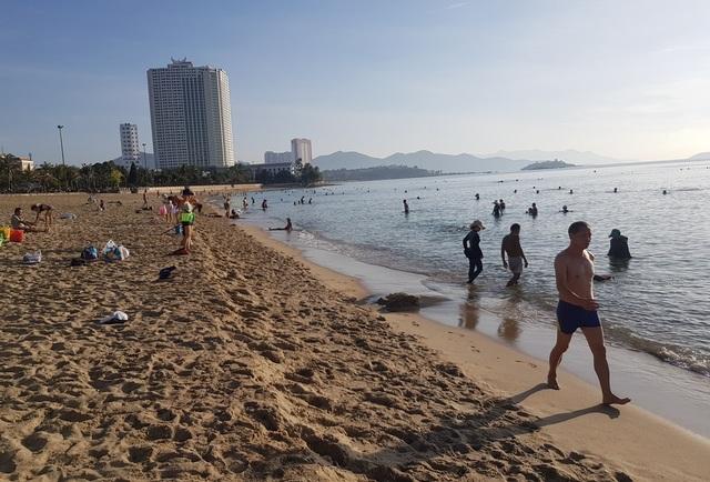 Tết Đoan Ngọ, đổ xô đi tắm biển từ mờ sáng cầu mong sức khỏe - 4