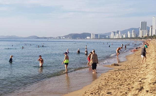 Tết Đoan Ngọ, đổ xô đi tắm biển từ mờ sáng cầu mong sức khỏe - 7
