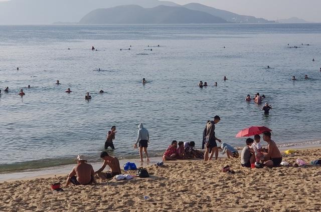 Tết Đoan Ngọ, đổ xô đi tắm biển từ mờ sáng cầu mong sức khỏe - 6