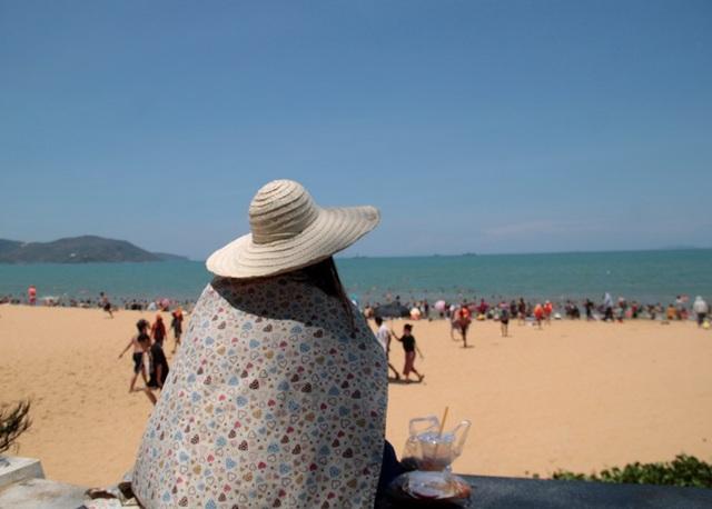 Bãi biển đông nghịt người tắm xả xui giữa trưa Tết Đoan Ngọ - 5