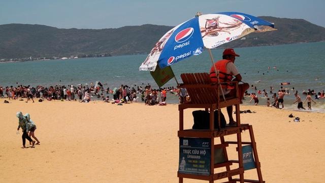 Bãi biển đông nghịt người tắm xả xui giữa trưa Tết Đoan Ngọ - 6