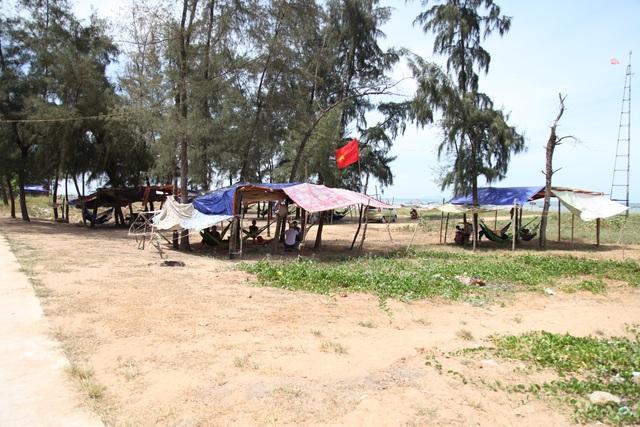 Người dân đổ ra bờ biển dựng lều, mắc võng tránh nóng - 2