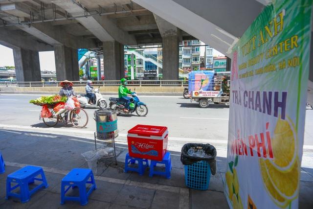 Những bình trà đá, nước mát miễn phí giữa nắng nóng thiêu đốt tại Hà Nội - 6