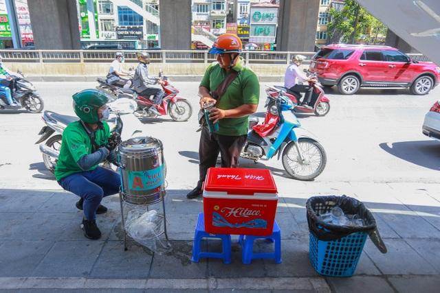 Những bình trà đá, nước mát miễn phí giữa nắng nóng thiêu đốt tại Hà Nội - 7