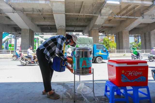 Những bình trà đá, nước mát miễn phí giữa nắng nóng thiêu đốt tại Hà Nội - 8