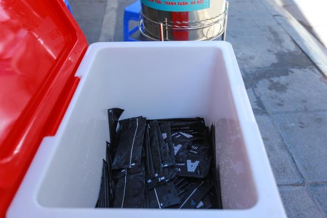 Những bình trà đá, nước mát miễn phí giữa nắng nóng thiêu đốt tại Hà Nội - 9