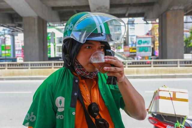 Những bình trà đá, nước mát miễn phí giữa nắng nóng thiêu đốt tại Hà Nội - 11