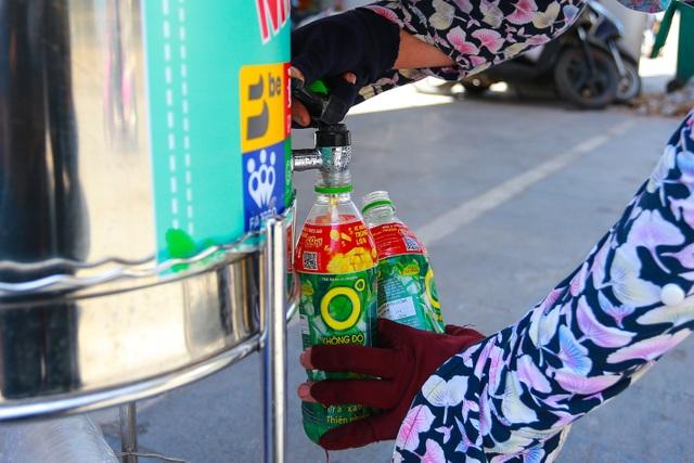 Những bình trà đá, nước mát miễn phí giữa nắng nóng thiêu đốt tại Hà Nội - 12
