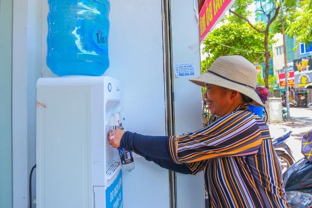 Những bình trà đá, nước mát miễn phí giữa nắng nóng thiêu đốt tại Hà Nội - 2
