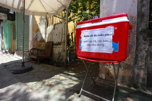 Những bình trà đá, nước mát miễn phí giữa nắng nóng thiêu đốt tại Hà Nội - 3